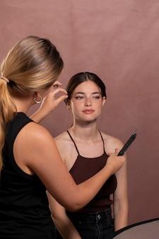 Młoda modelka z makijażem wykonanym przez profesjonalnego artystę