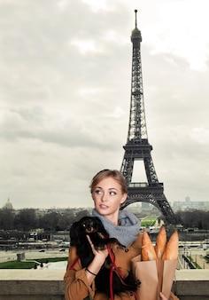 Młoda modelka z małym psem w paryżu, francja