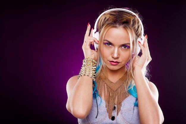 Młoda modna dziewczyna w stylu disco. słuchanie muzyki i czerpanie radości. styl retro