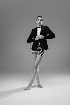 Młoda modna, stylowa kobieta ubrana w kurtkę i skarpetki, pracująca w domu. moda