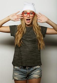 Młoda modniś blondynki kobieta z szkłami