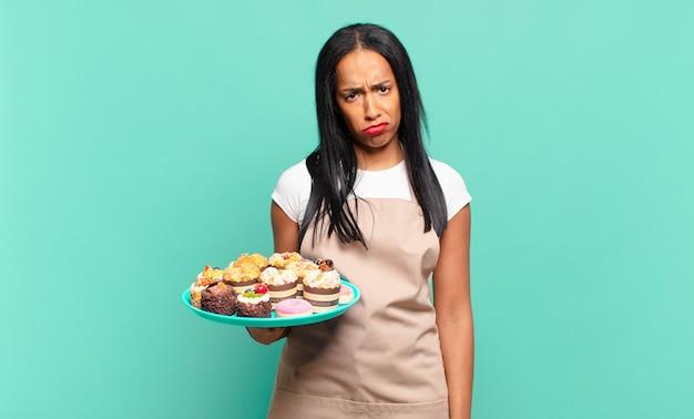 Młoda murzynka czuje się smutna i marudna z nieszczęśliwym spojrzeniem, płacze z negatywnym i sfrustrowanym nastawieniem. koncepcja szefa kuchni piekarni