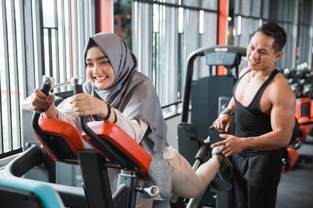 Młoda muzułmanka hidżab robi prasy na nogi z powrotem