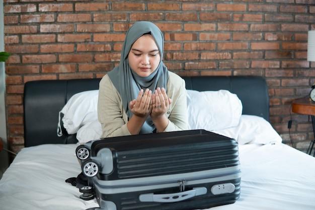Młoda muzułmanka, modląc się