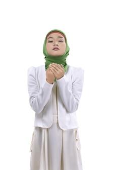 Młoda muzułmańska kobieta ono modli się