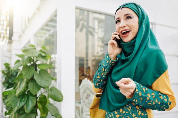 Młoda muzułmańska kobieta rozmawia przez telefon