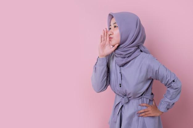 Młoda muzułmańska kobieta ubrana w niebieski hidżab