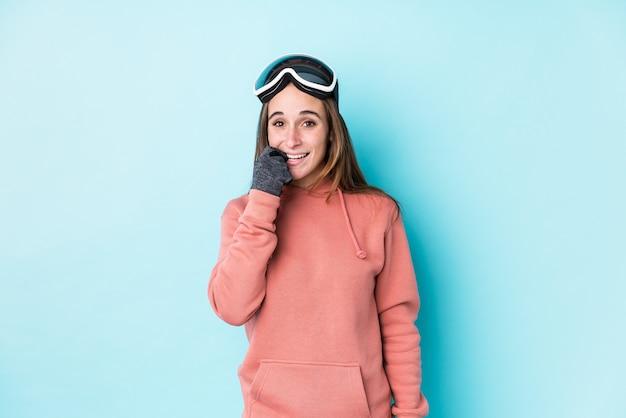 Młoda narciarz kobieta obgryzała paznokcie, nerwowa i bardzo niespokojna