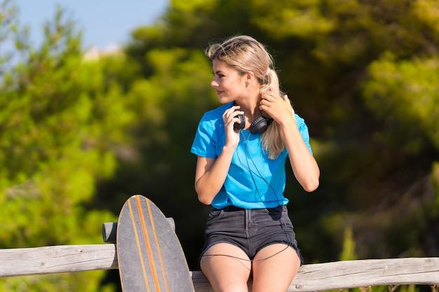 Młoda nastolatek dziewczyna z łyżwą przy outdoors