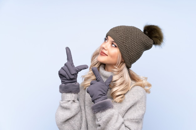 Młoda nastolatka kobieta z palcem wskazującym, wskazując palcem wskazującym, świetny pomysł