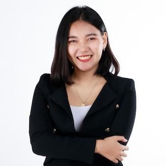 Młoda nastolatka świeża kobieta w formalnym czarnym garniturze uśmiech z ładny i pewny siebie, rozpoczynając życie zawodowe w nowoczesnym biurze. koncepcja dla świeżo upieczonych absolwentów i pierwszy dzień kariery zawodowej.