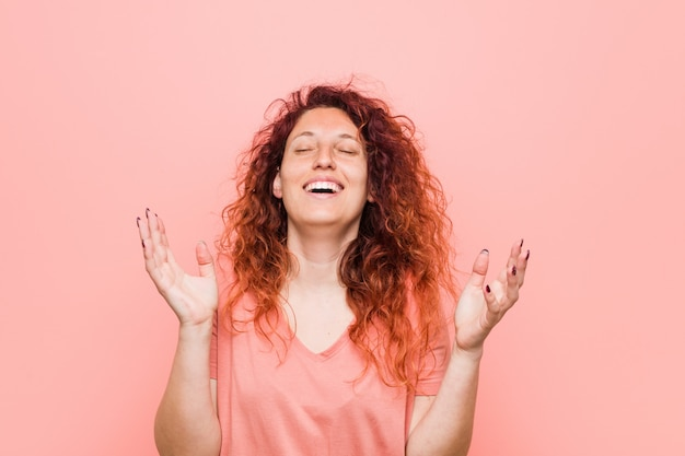 Młoda naturalna i autentyczna ruda kobieta bardzo się śmieje