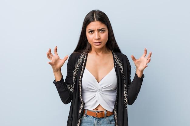 Młoda naturalna i ładna arabska kobieta krzyczy z wściekłości.