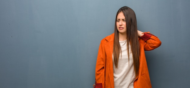 Młoda naturalna kobieta cierpi szyja ból