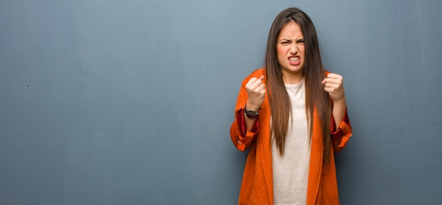 Młoda naturalna kobieta krzyczy bardzo gniewna i agresywna