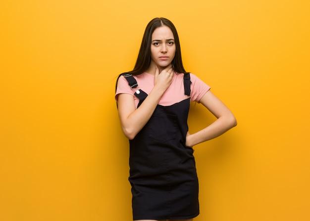 Młoda naturalna piękna kobieta kaszel, chory z powodu wirusa lub infekcji