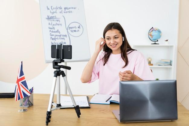 Młoda nauczycielka angielskiego prowadzi zajęcia online