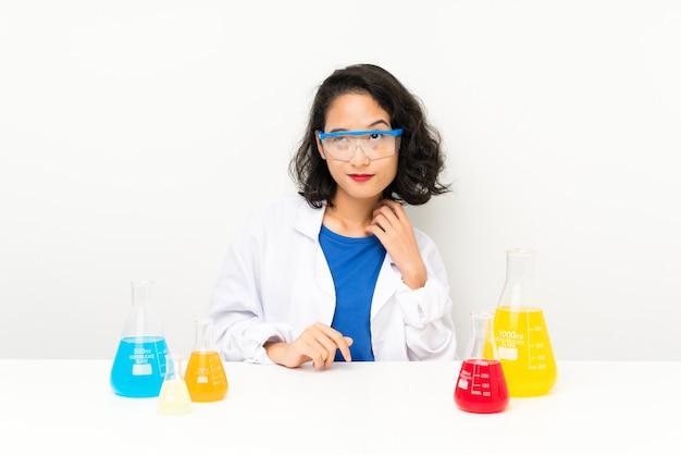 Młoda naukowa azjatykcia dziewczyna myśleć pomysł