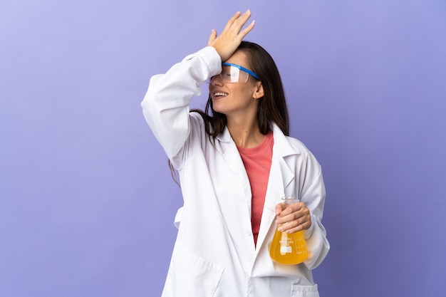 Młoda naukowa kobieta na odosobnionym tle uświadomiła sobie coś i zamierza znaleźć rozwiązanie intend