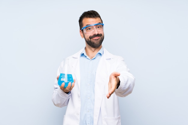 Młoda naukowa trzyma kolbę laboratoryjną na białym tle drżenie rąk do zamknięcia dobrą ofertę