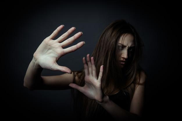 Młoda nieszczęśliwa kobieta