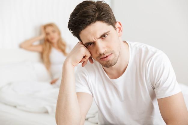 Młoda niezadowolona kochająca para w łóżku