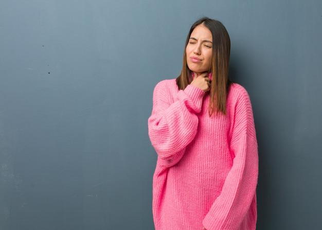 Młoda nowoczesna kobieta kaszel, chory z powodu wirusa lub infekcji
