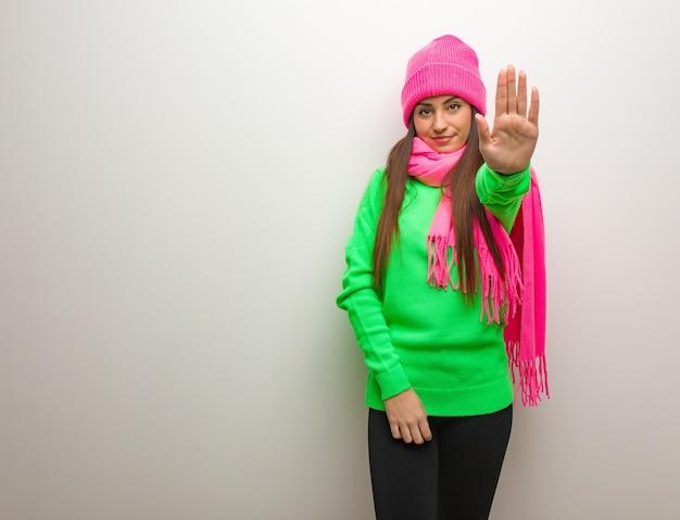 Młoda nowoczesna kobieta kładzie rękę z przodu
