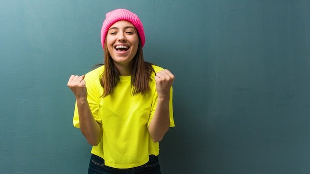 Młoda nowoczesna kobieta zaskoczona i zszokowana