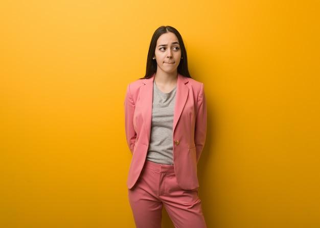 Młoda nowożytna biznesowa kobieta myśleć o pomysle