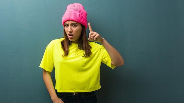 Młoda nowożytna kobieta ma pomysł, inspiraci pojęcie