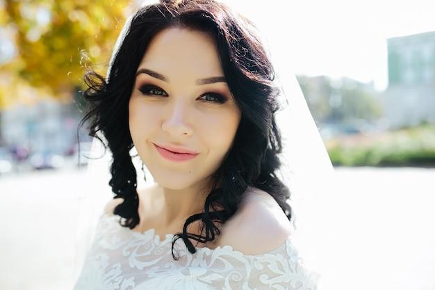 Młoda oblubienica z makijaż spojrzenie na aparat fotograficzny
