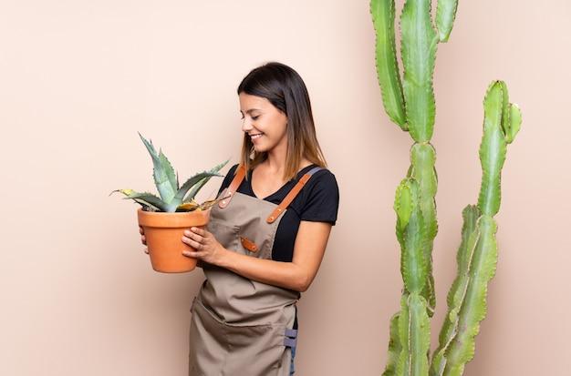 Młoda ogrodniczka kobieta z roślinami