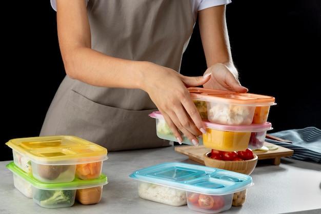 Młoda osoba ćwicząca gotowanie wsadowe ze zdrową żywnością