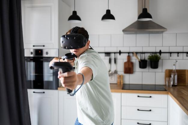 Młoda osoba grająca w gry wideo w okularach vr