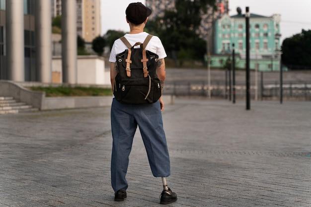 Młoda osoba niepełnosprawna z protezą nogi na zewnątrz