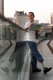 Młoda osoba niepełnosprawna z protezą nogi