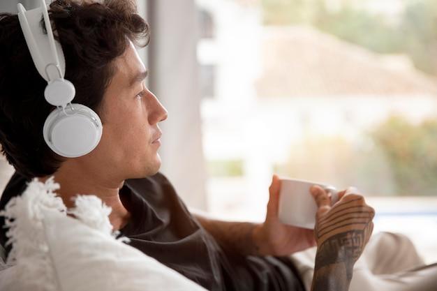 Młoda osoba relaksująca się podczas słuchania muzyki