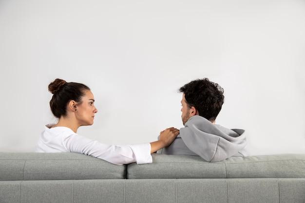 Młoda osoba z lękiem rozmawia ze specjalistą