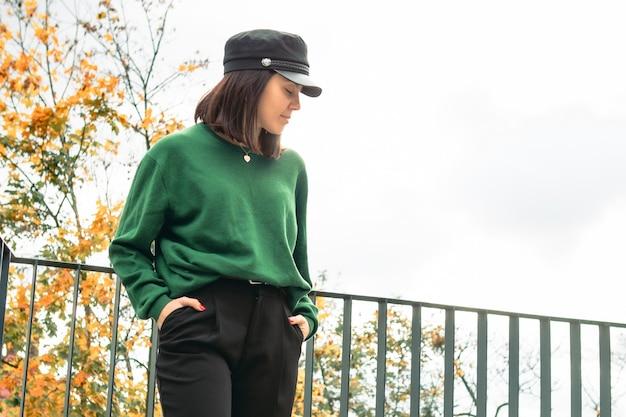 Młoda Oszałamiająca Kobieta W Jesiennym Stroju Kopiuje Przestrzeń Premium Zdjęcia