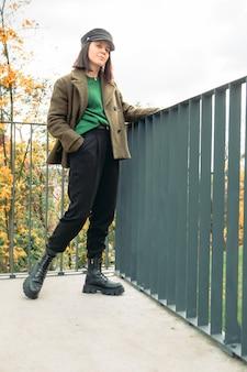 Młoda oszałamiająca kobieta w jesiennym stroju kopiuje przestrzeń