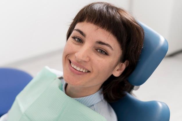 Młoda pacjentka czeka na zabieg stomatologiczny u dentysty