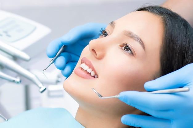 Młoda pacjentka w klinice dentystycznej