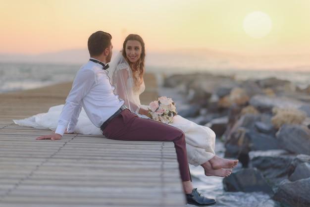 Młoda panna młoda i pan młody na co dzień i formalna suknia ślubna