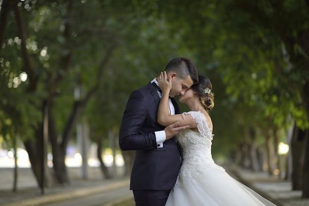 Młoda panna młoda i pan młody w sukni ślubnej