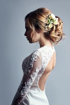 Młoda panna młoda w luksusowej białej sukni ślubnej