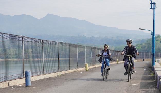 Młoda para azjatycka jeździ razem na rowerze do pracy