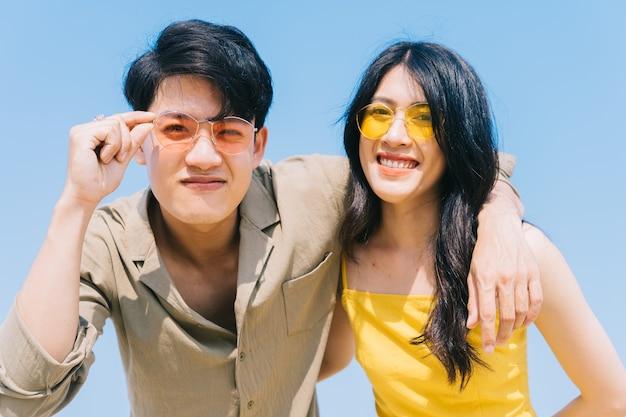 Młoda para azjatyckich, ciesząc się wakacjami na plaży