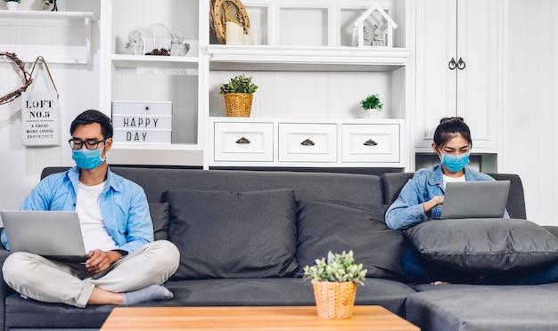 Młoda para azjatyckich przy użyciu komputera przenośnego pracy i wideokonferencji spotkanie online czat w kwarantannie