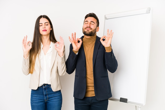 Młoda para biznesu relaksuje po ciężkim dniu pracy